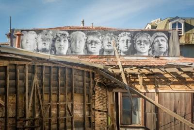 roman statues graffiti valparaiso
